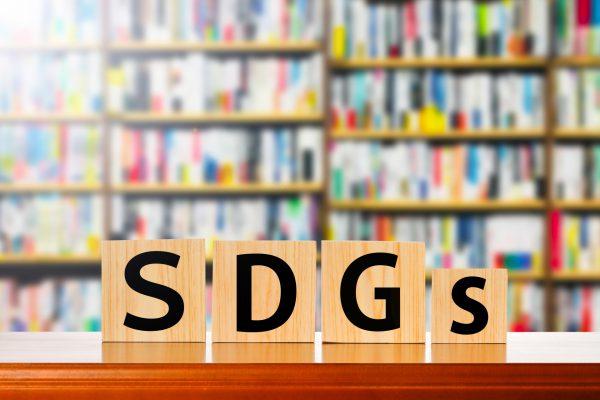 SDGsの頭文字と本棚